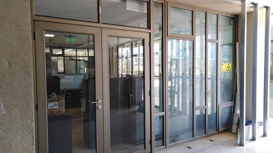 ventanas y puertas de aluminio color titanio con vidrio termopanel
